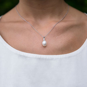 Drop Pearl Pendant Necklace