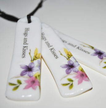 'Hugs And Kisses' Floral Porcelain Tag