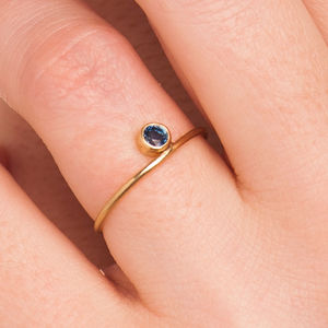 18k Gold 'Side' Sapphire Ring - gold