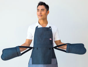 Aaron Barbeque Apron With Integrated Oven Gloves - aspiring chef