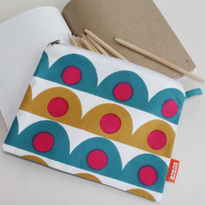 Scallop Design Pouch - make-up & wash bags