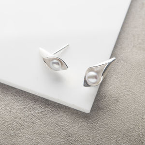 Calla Lily Pearl Studs - wedding fashion