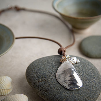 Mussel necklace stone