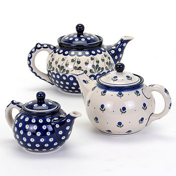 Teapots in three sizes