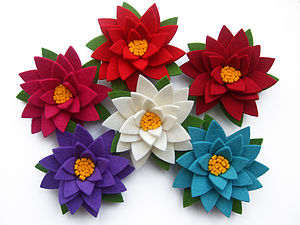 Daisy Brooch With Leaves - corsages