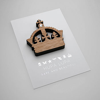 Oak Crown Magnetic Icon Decoration with a Clear Crystal